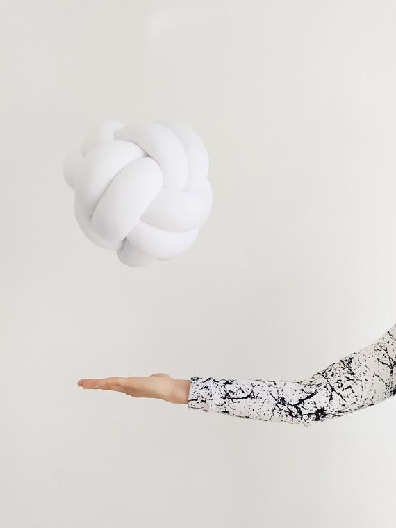 knot_pillow_pilka_biala
